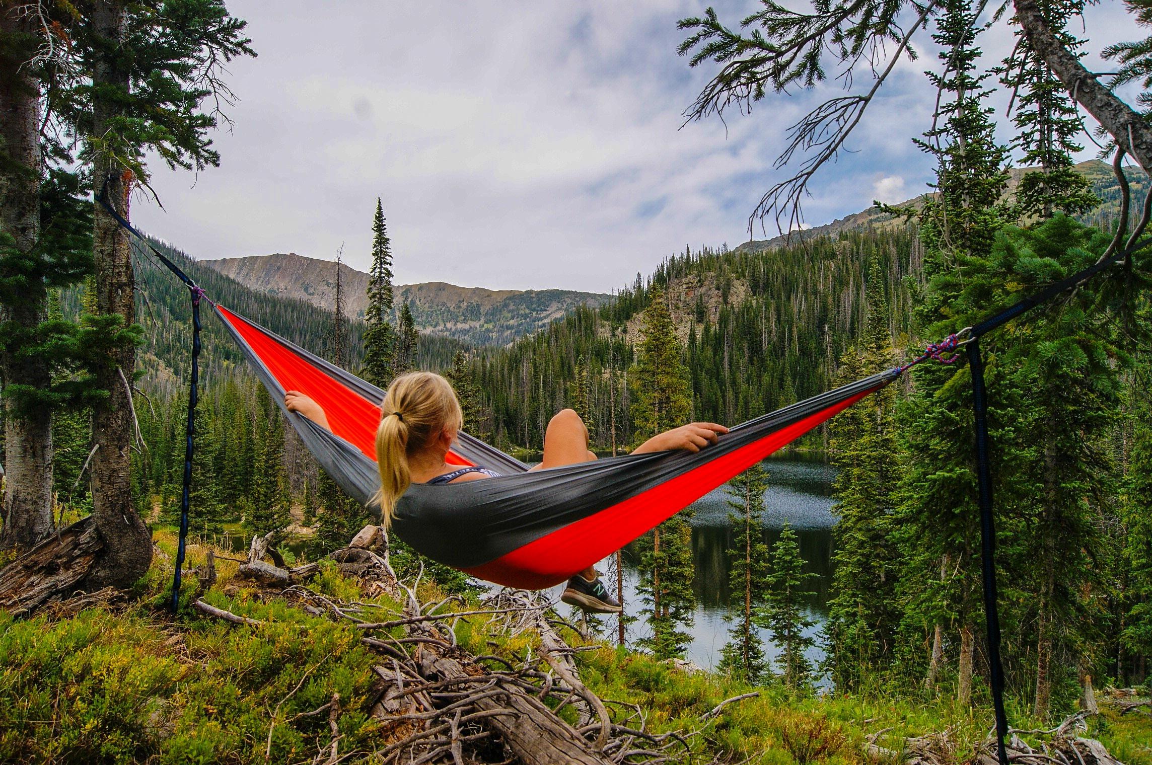 Comment Installer Un Hamac Sans Arbre hamac vs camping au sol : lequel est le plus confortable ?